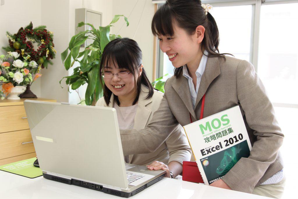 MOS試験の対策講座を受講する生徒と講師。